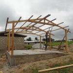 De houten constructie van het lokaal is gebouwd.