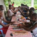 Tijdens die workshops leren kinderen uit het weeshuis oorbellen, armbanden, kettingen en sleutelhangers te maken. Het is een leuke bezigheid en omdat wij de sieraden vervolgens kopen, levert het ook nog wat op voor het weeshuis. Een deel van de sieraden wordt ook in Ghana verkocht.