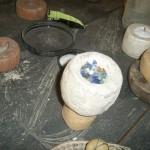 Het glas wordt vervolgens in mallen gedaan. Het gruis is soms wat grover, soms wat fijner - afhankelijk van de gewenste vorm kraal. Op deze foto is een mal te zien voor een grote kraal (ongeveer 3 cm).